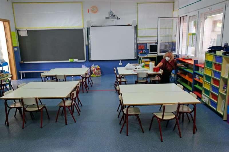 Una operaria higieniza un aula. EFE
