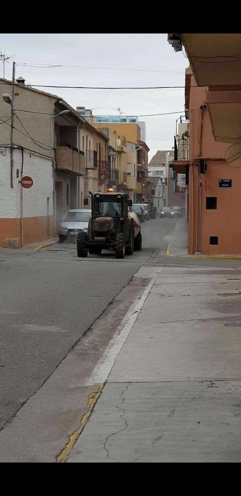 Un tractor pulverizando las calles de Casinos.
