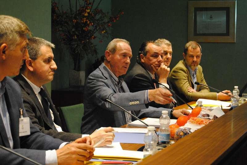 Cristóbal Aguado en el centro, junto al presidente de la CEV, Salvador Navarro y miembros del comité ejecutivo de AVA-ASAJA. Imagen de archivo EPDA.