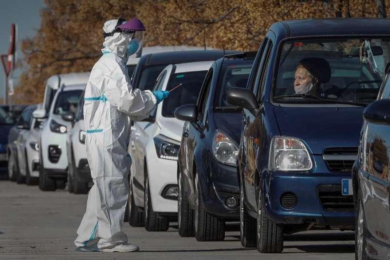 Decenas de coches hacen cola ante el hospital de campaña de La Fe de València para la realización de pruebas de detección de covid-19.