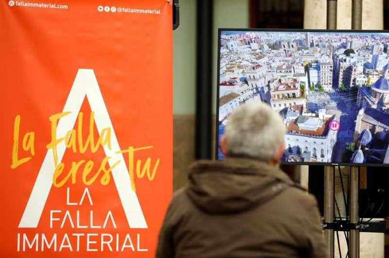 Una persona asiste en la Universitat de València a la presentación de la Falla Inmaterial 2021.EFE