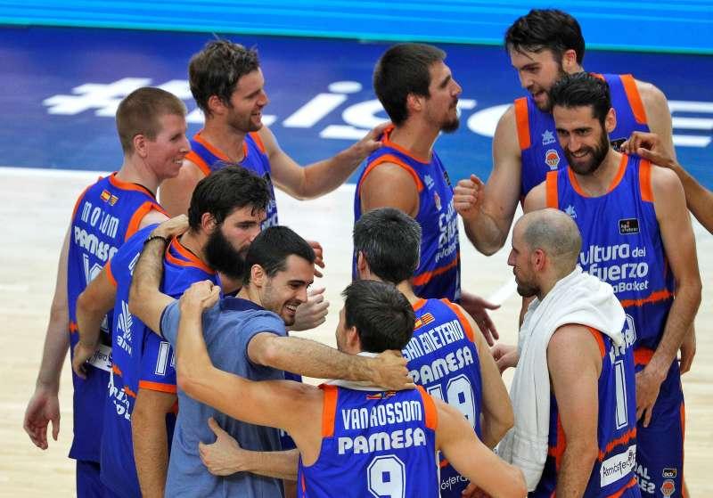 Los jugadores de Valencia Basket celebran su victoria sobre Herbalife Gran Canaria, que les hace primeros del grupo B. EFE/Manuel Bruque