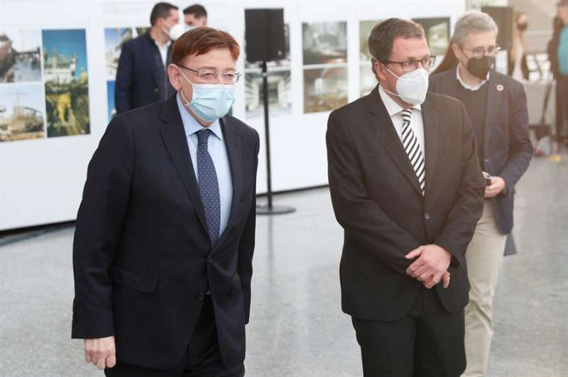 El president de la Generalitat, Ximo Puig (i) , junto al Secretario General de industria del ministerio de Industria, Comercio y Turismo, Raúl Blanco. EFE