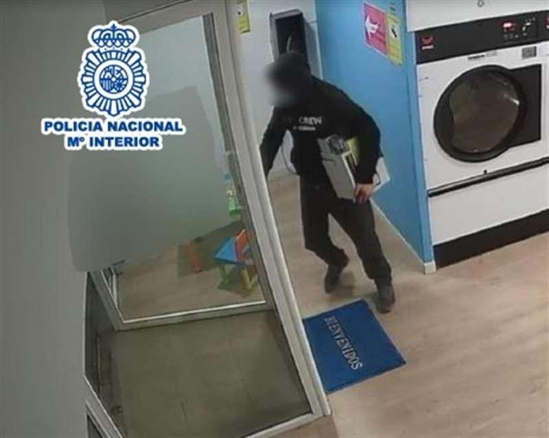 Imagen de uno de los delincuentes en acción, en una imagen de la Policía Nacional.