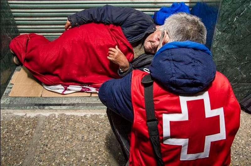 Cruz Roja da abrigo a una persona sin techo