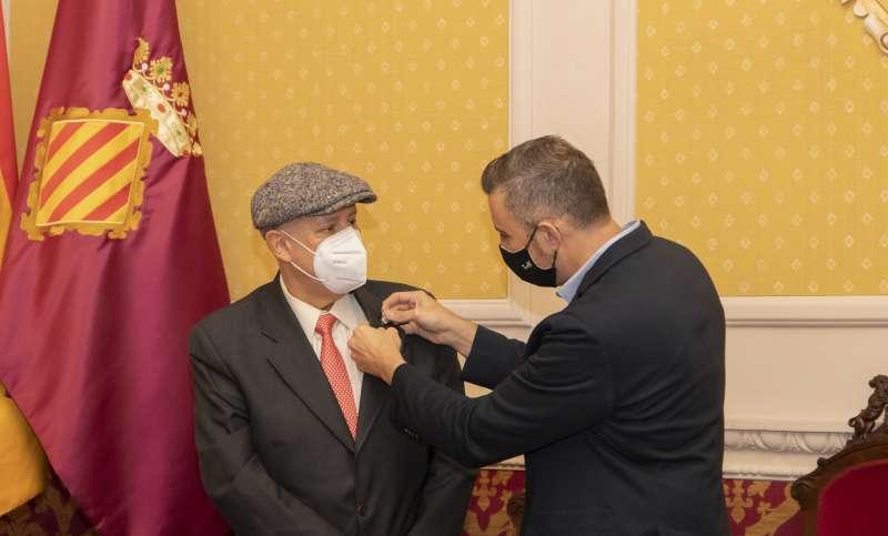 El alcalde impone el escudo a Octavio Hernández