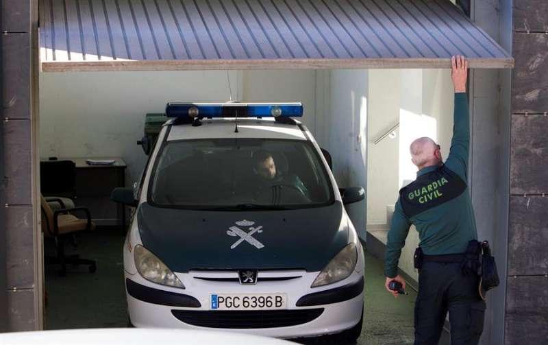 Agentes de la Guardia Civil trasladan a un detenido en una imagen de archivo. EFE