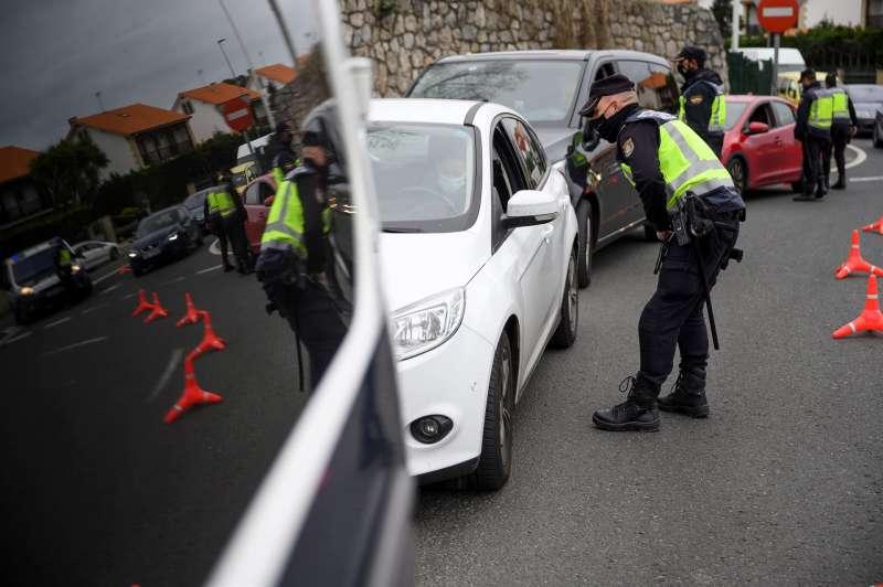Agentes de la Policía Nacional realizan un control en la capital cántabra por el estado de alarma. EFE/Pedro Puente Hoyos/Archivo
