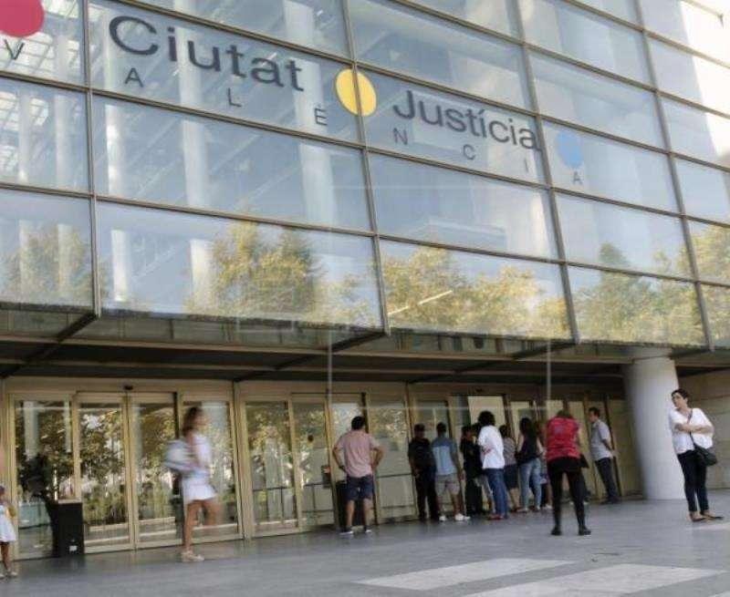 Puerta principal de la Ciudad de la Justicia de València. EFE/Archivo