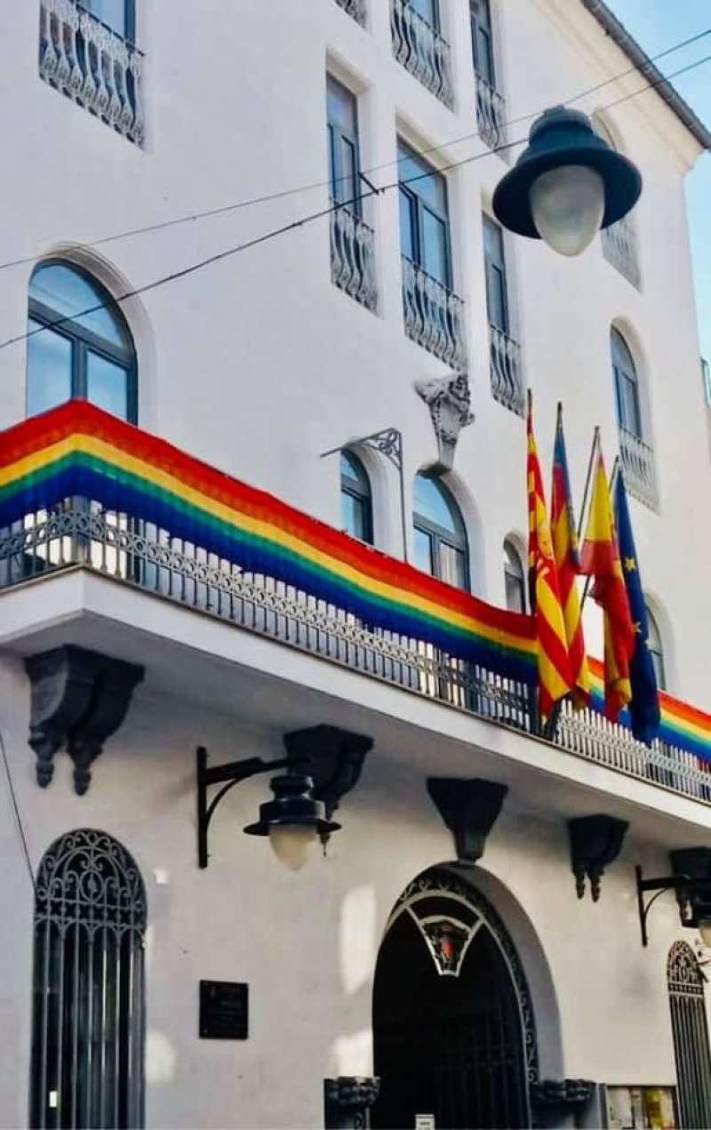 La bandera arcoíris ondea en el balcón del ayuntamiento