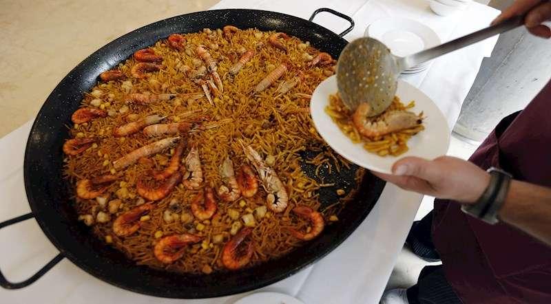 Un camarero sirve unos platos de Fideuà en una edición del Concurso Internacional Fideuà de Gandia. EFE