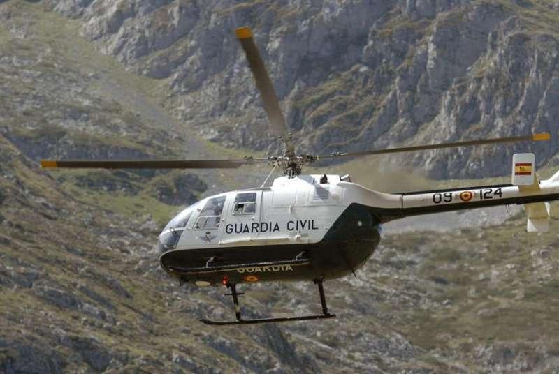 Un helicóptero de la Guardia Civil durante un rescate. Archivo