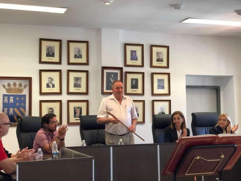 Víctor Mateu con la vara de mando tras ser investido alcalde de Torres Torres. EPDA