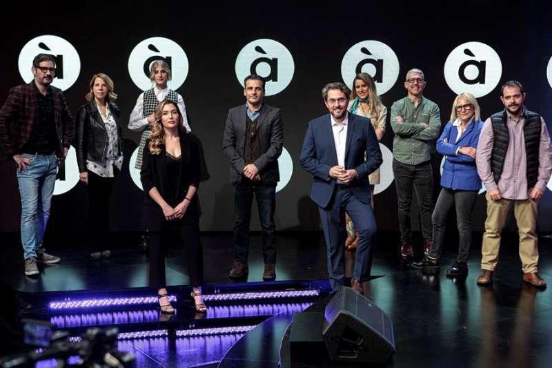 Alfred Costa, en el centro flanqueado Màxim Huerta y otras caras visibles presentando la nueva programación de À Punt.