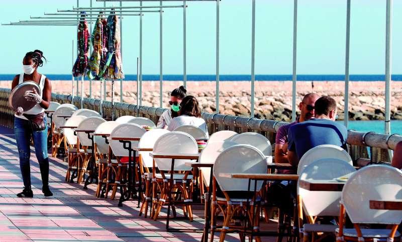 Una de las terrazas de la zona de costa tras la reapertura del mes de marzo en la Comunitat. / epda