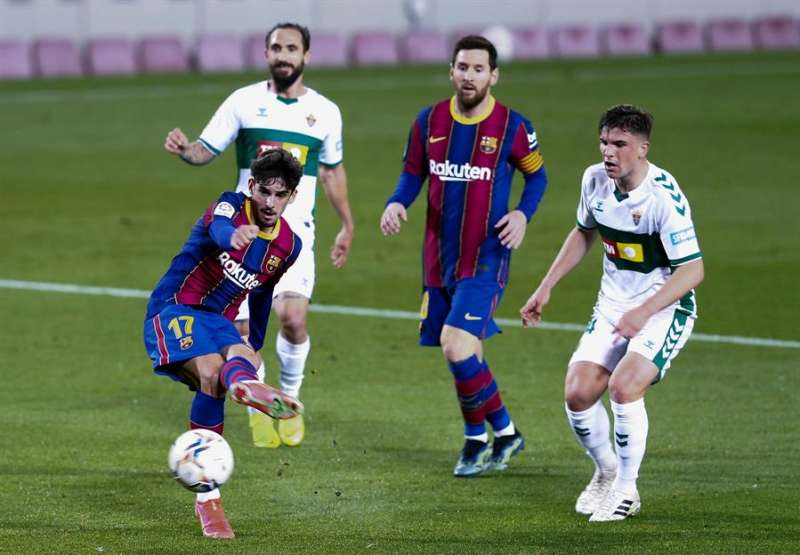 El centrocampista portugués del Barcelona Francisco Trincao (i) efectúa un lanzamiento ante la portería del Elche durante el partido de LaLiga Santander que se disputó en el Nou Camp. EFE/ Enric Fontcuberta.