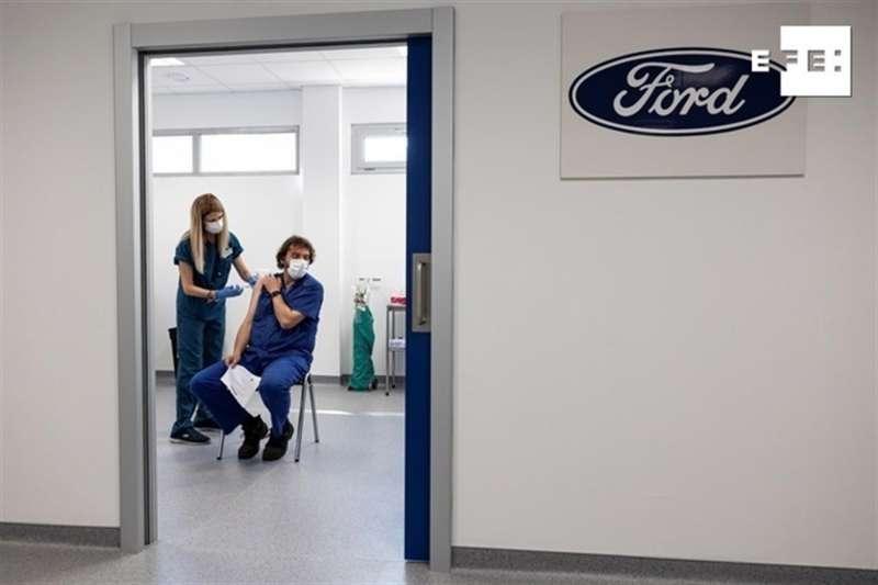 Un trabajador de Ford recibe la vacuna en la factoria.