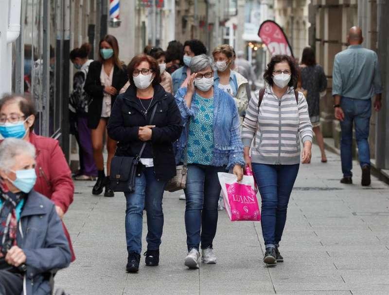 Varias mujeres caminan con mascarilla. EFE