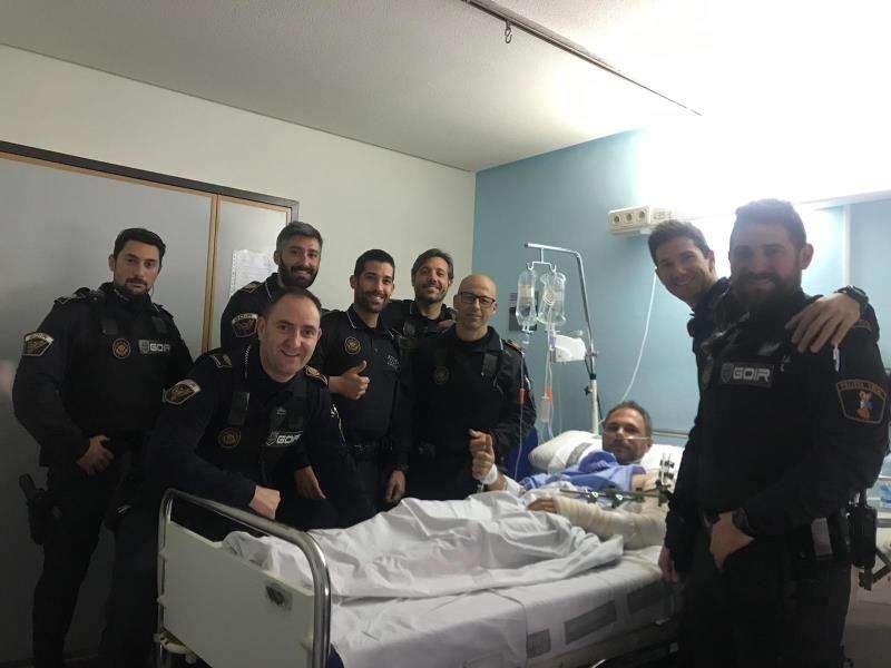 La Policía Local de Alicante salva la vida a un hombre que se cortó en el brazo con una radial Imagen cedida por el Ayuntamiento de Alicante de agentes junto al hombre herido en el hospital. EFE