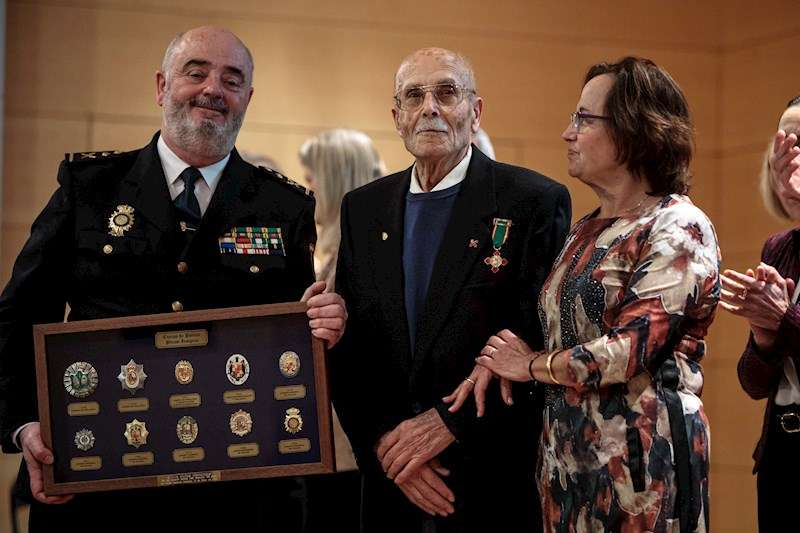 La Policía Nacional ha rendido homenaje este miércoles en València a su exagente más veterano, Luis Muñoz Fernández , de 99 años. EFE