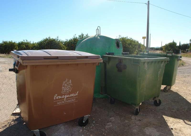 Contenedores destinados a residuos de podas y sieda de césped./ epda