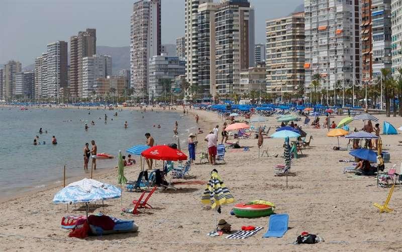 Imagen de la playa de Benidorm (Alicante) en agosto de 2020. EFE/ Manuel Lorenzo
