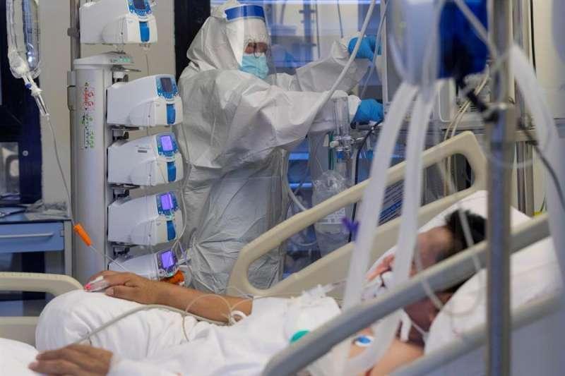 Un enfermo de coronavirus en la UCI. / EPDA