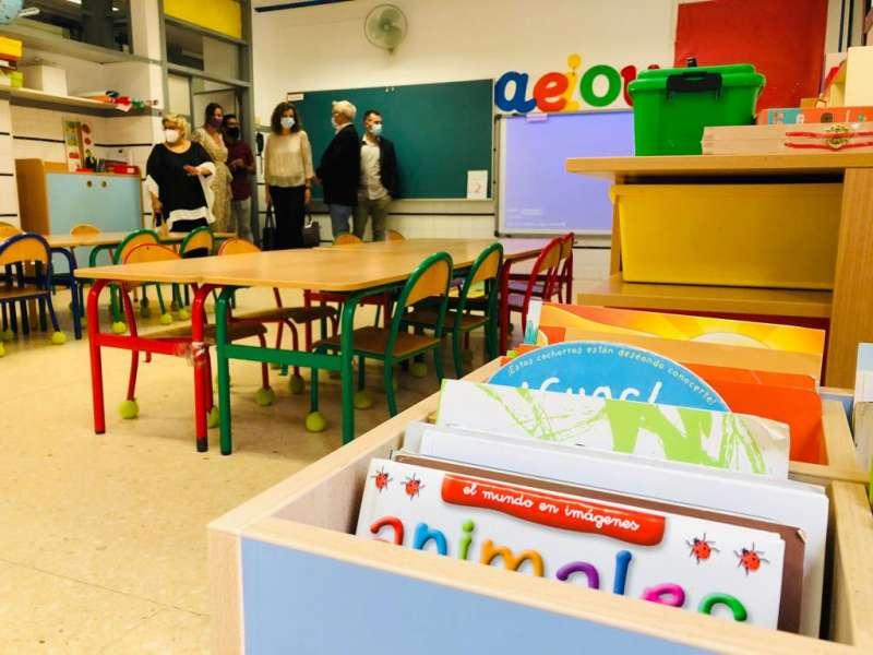 Joan Ribó y algunos concejales visitan un aula. EPDA