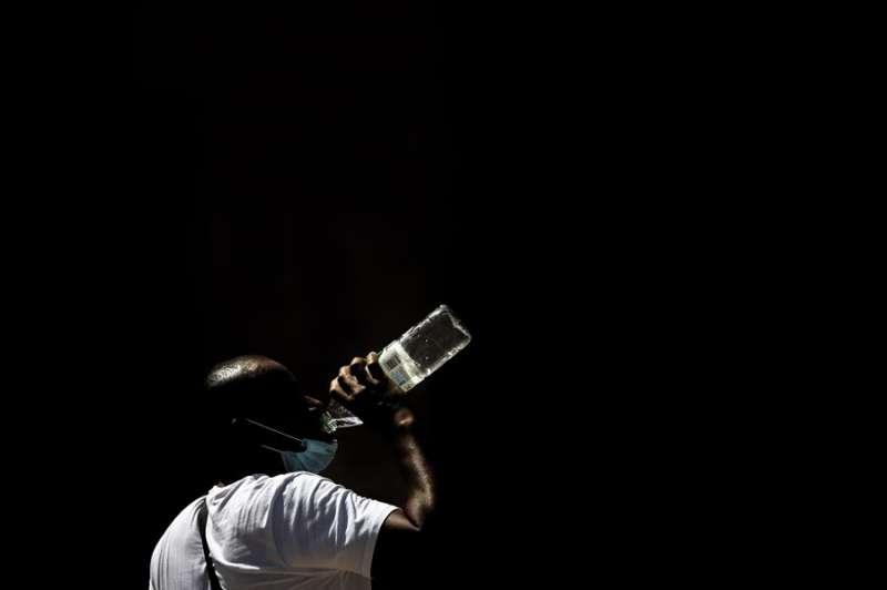 Un hombre bebe agua de una botella en València, en una imagen de esta semana. EFE/Ana Escobar