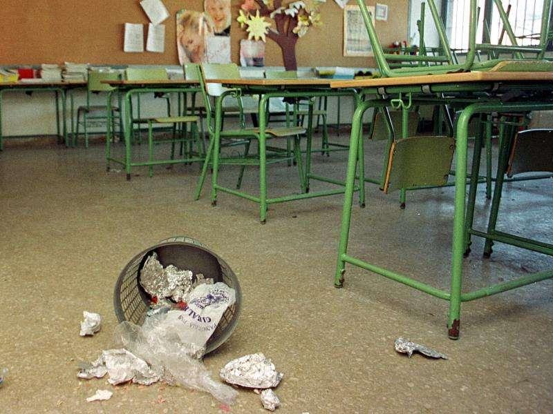 Una papelera volcada en un aula de un colegio. EFE/Archivo