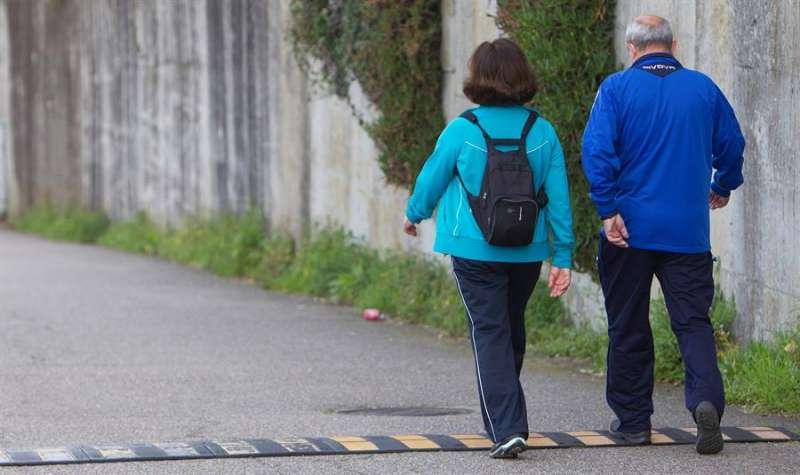 Dos personas pasean por las calles de Soutomaior, en Pontevedra. EFE/Salvador Sas/Archivo