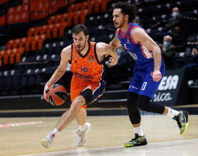 El base del Valencia Basket Guillem Vives (i) se escapa de un rival en un partido de Euroliga. EFE