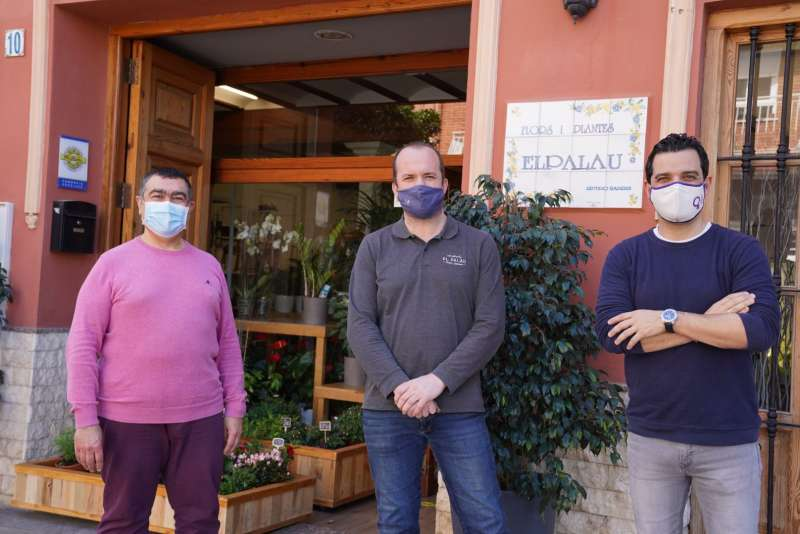 El Alcalde junto al concejal de Comercio y el propietario de una floristeria de Paterna. epda