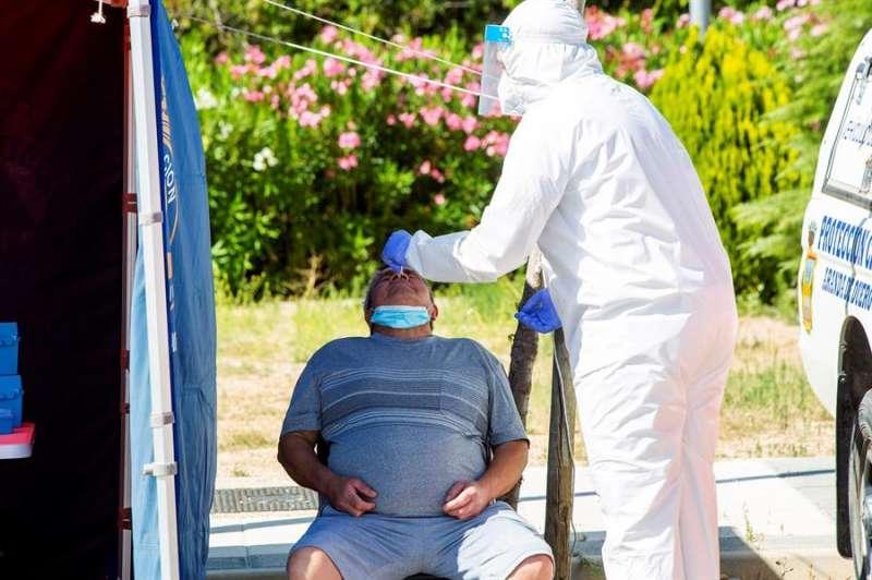 Un sanitario efectúa una prueba PCR a un hombre en una imagen de archivo. EFE