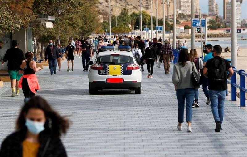 La Policía patrulla por un paseo lleno de personas. EFE
