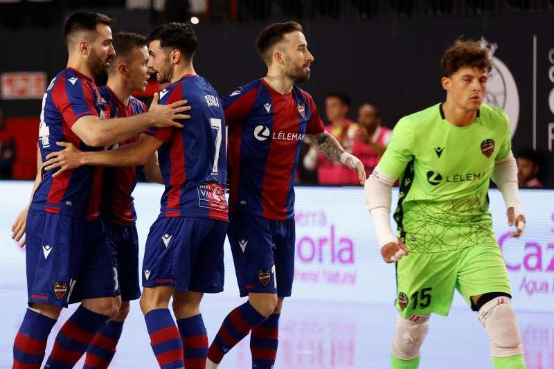 Los jugadores del Levante celebran un gol durante un encuentro. EFE