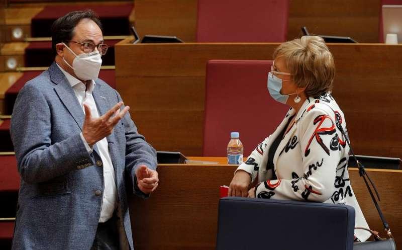 Imagen de archivo de los consellers de Hacienda, Vicent Soler, y Sanidad, Ana Barceló, en un pleno de Les Corts. EFE