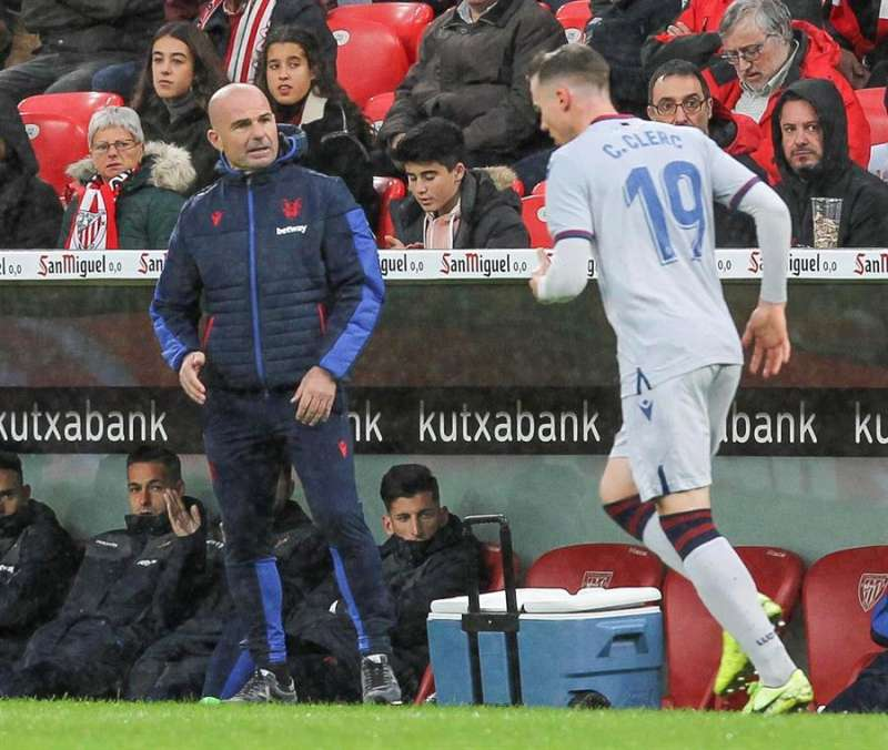 El entrenador del Levante, Paco López (i), y su jugador Carlos Clerc (d), durante un partido. EFE/Miguel Toña/Archivo