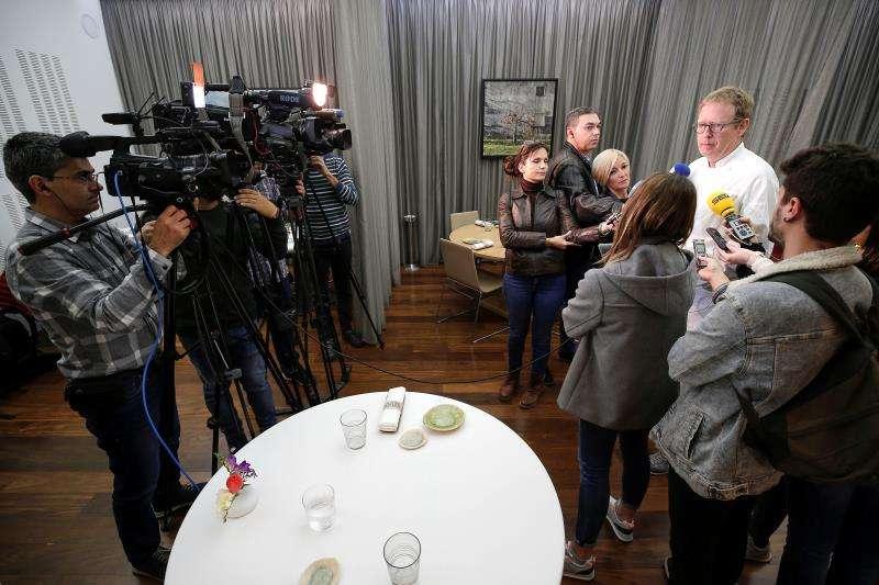 El propietario del restaurante Riff de València, Bernd Knöller, en una declaración ante los medios de comunicación, este martes. EFE