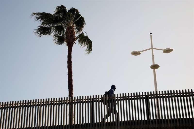 Un hombre pasea durante una racha de viento.