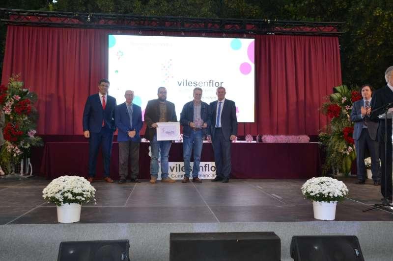 El alcalde recogiendo el premio. EPDA