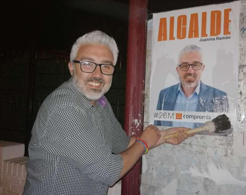 El candidat de Compromís per Paterna, Juanma Ramón, en la pegada de cartells. EPDA