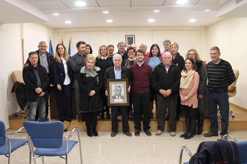 Paco Salt muestra su fotografía junto a compañeros y ex compañeros de la Corporación. EPDA