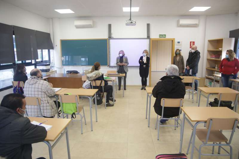 La Alcaldesa de Bétera, Elia Verdevío y la concejal de Empleo Mónica Martín, dan la bienvenida a los alumnos. / EPDA