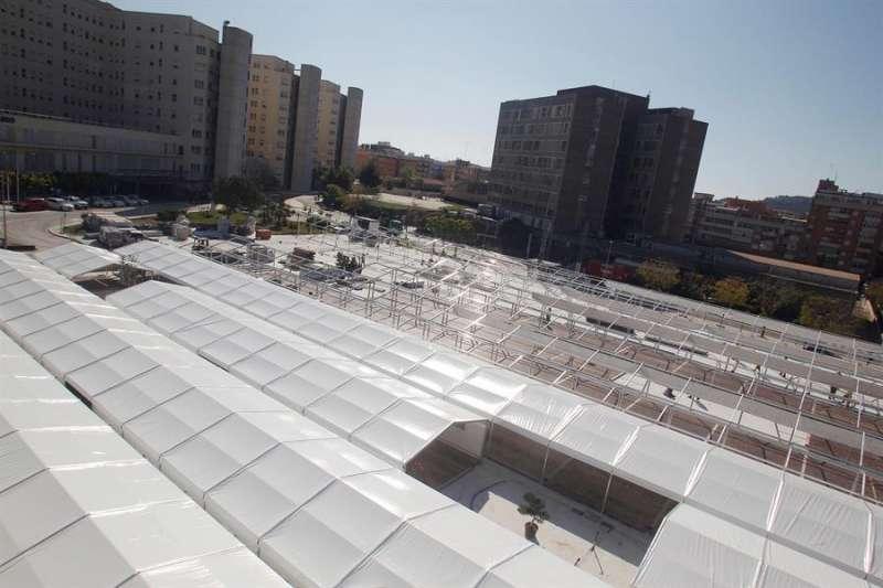 Instalaciones del hospital de campaña de Alicante, en una zona ajardinada que ha sido acondicionada junto al Hospital General Universitario, durante la etapa de su montaje. EFE/Pep Morell/Archivo