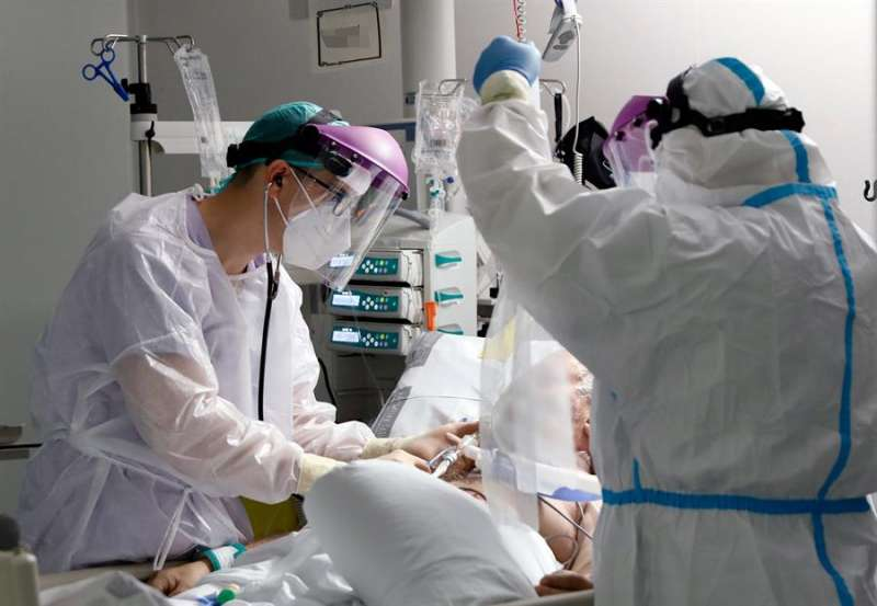 Imagen de archivo de una UCI en un hospital valenciano durante la segunda ola de la pandemia. EFE