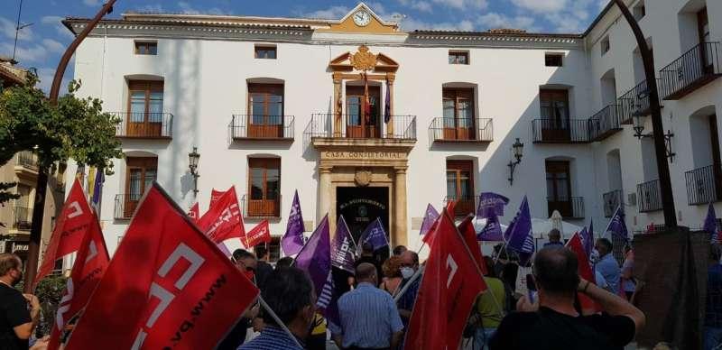 Concentraci�n de CCOO frente al ayuntamiento de Utiel