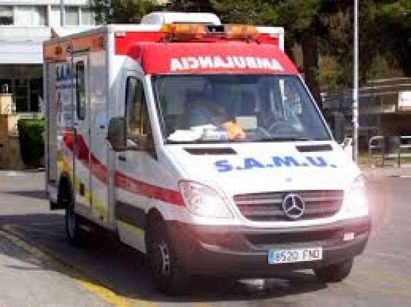 Un ambulancia acude a un aviso. Archivo/EPDA