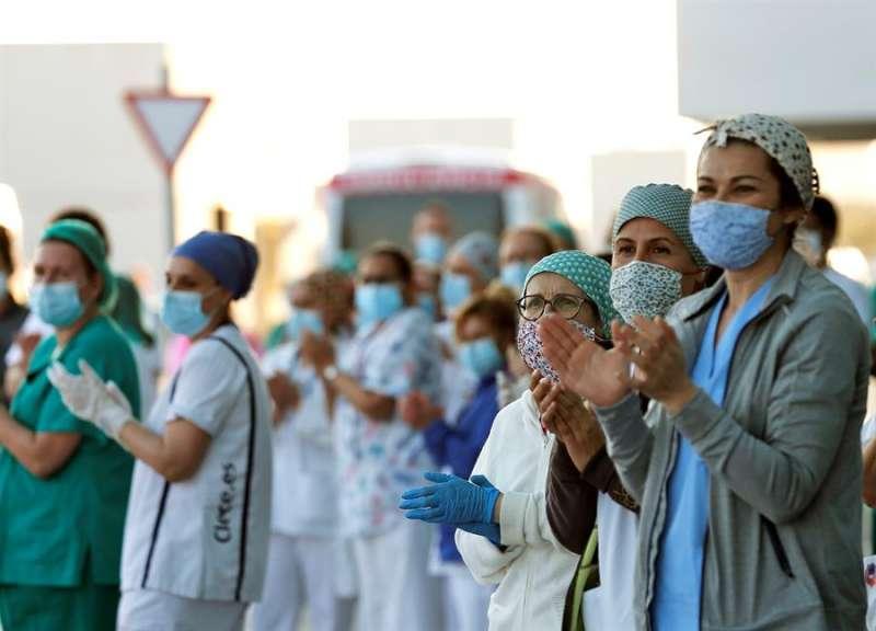 Personal sanitario del hospital La Fe de València a las puertas de Urgencias, en la convocatoria de aplausos de las 20.00 horas. EFE