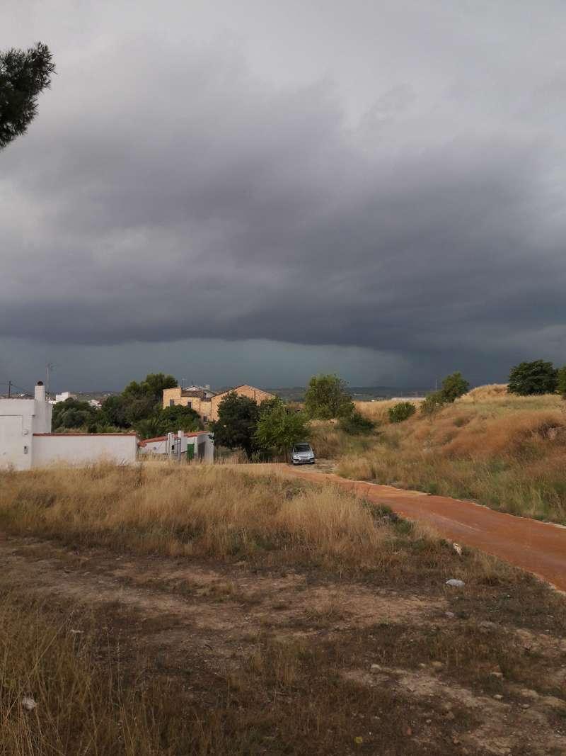 Imagen de la tormenta que descargo con virulencia ayer en la comarca. FOTO: Luis Ibáñez